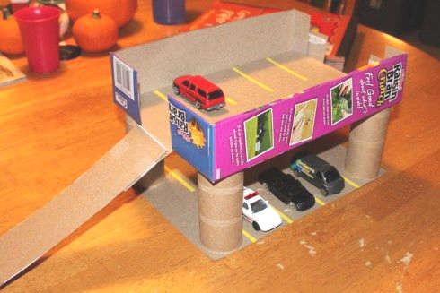 jeux d'auto avec une boite de carton pour enfant
