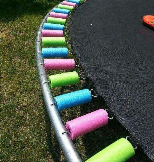 protéger les ressorts de la trampoline avec des nouilles de piscine