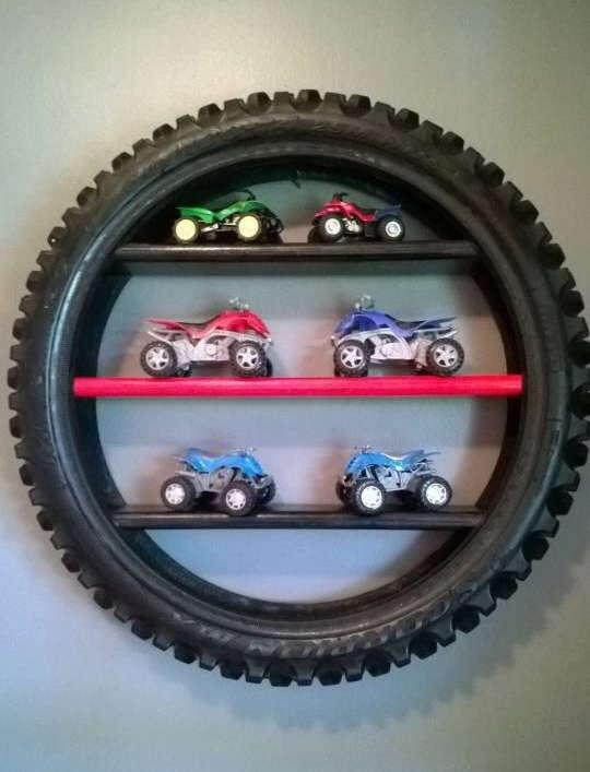 Une étagère avec un pneu d'auto