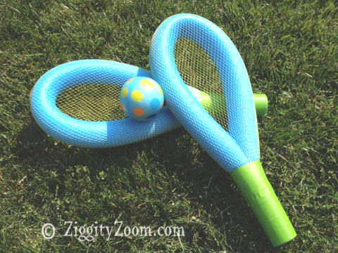 raquette pour la piscine avec des nouilles de piscine