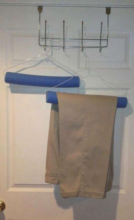 support pour les pantalons avec une nouille de piscine