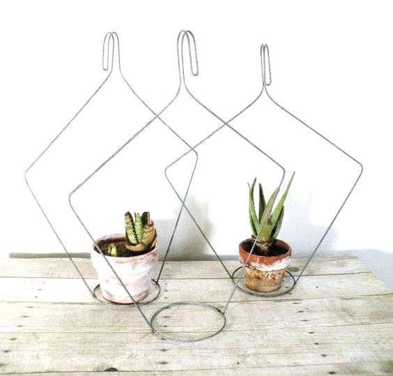 fabriquer un support pour plante avec un cintre