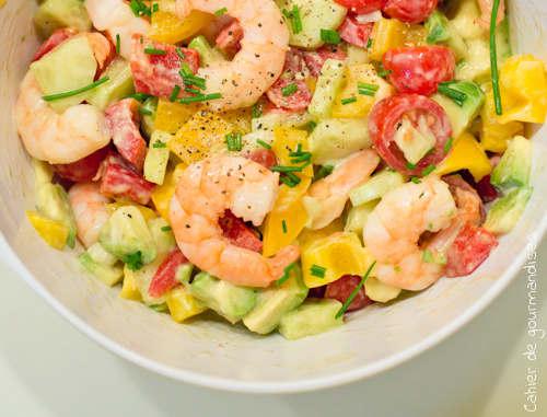 salade d'été de tomates, avocats et crevettes