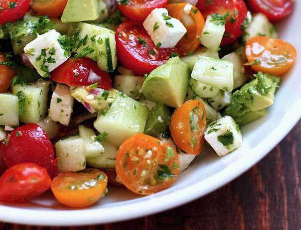 salade fraîcheur pour l'été avec des tomates et avocats