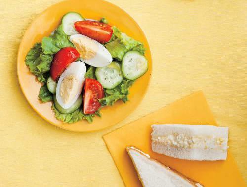 salade avec un oeuf dur et tomate