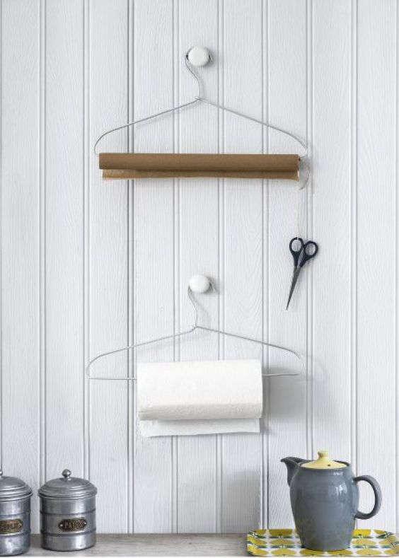 diy support pour papier essuie-tout avec un cintre