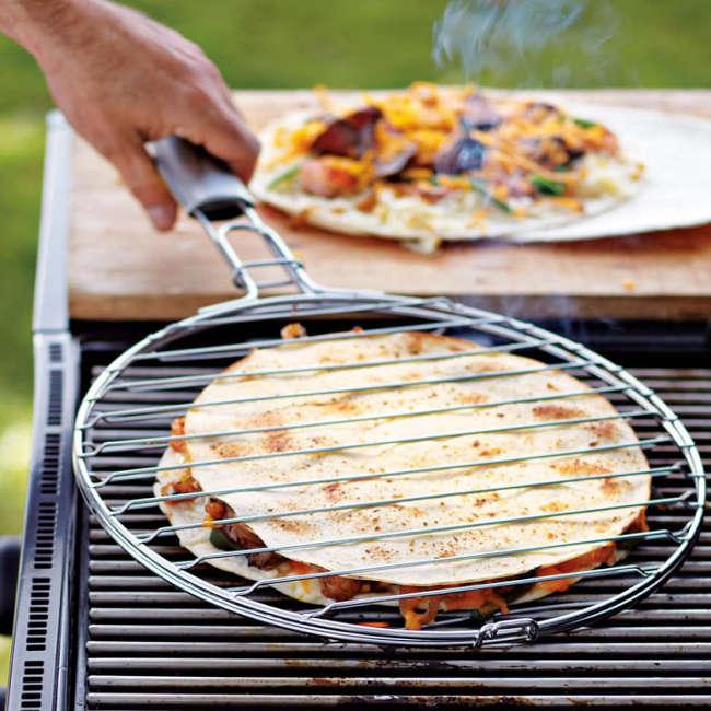 cuire des quesadillas au barbecue avec cet accessoires