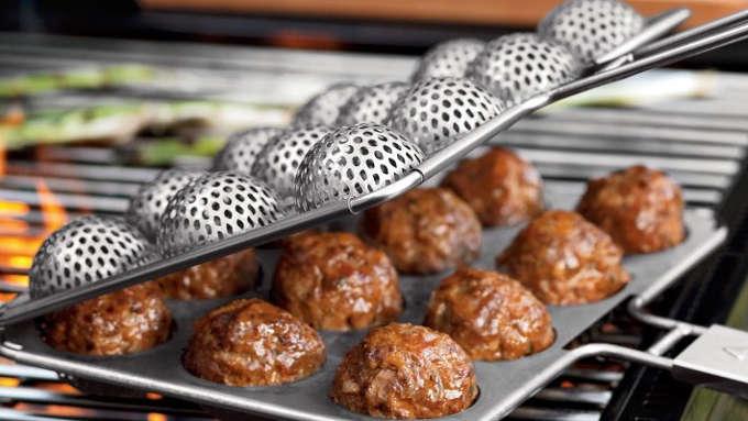 cuire des boulettes de viande au barbecue avec cet accessoire