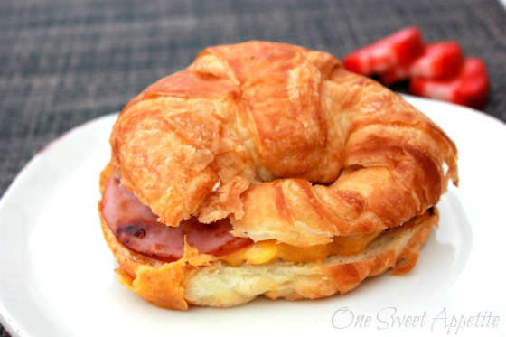 recette de croissant déjeuner avec jambon, oeuf et fromage