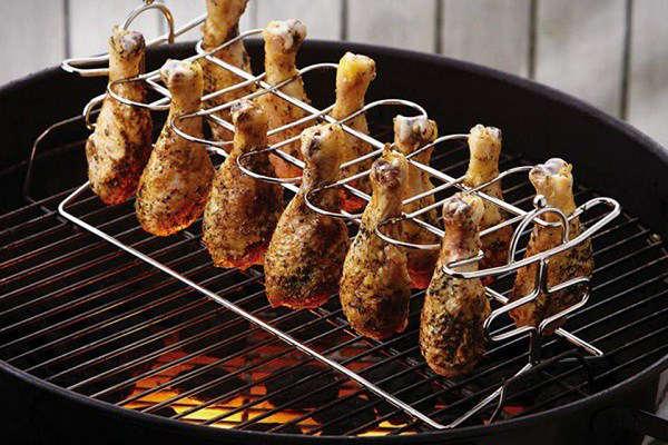 cuire des cuisses de poulet sur un rack au barbecue