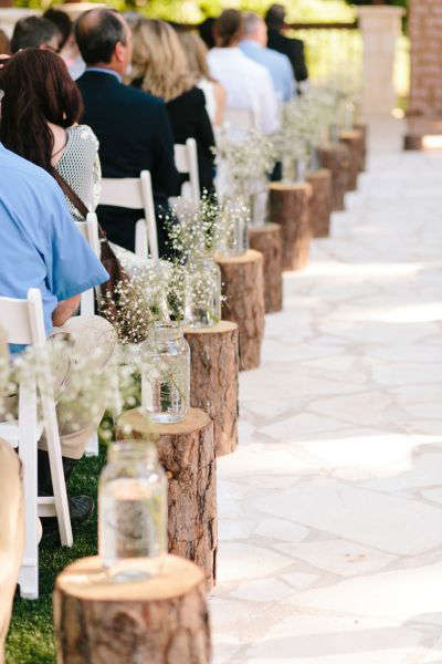 des bûches pour décorer l'allée de mariage