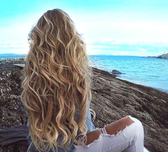 Cheveux longs, blonds et bouclés en toute simplicité