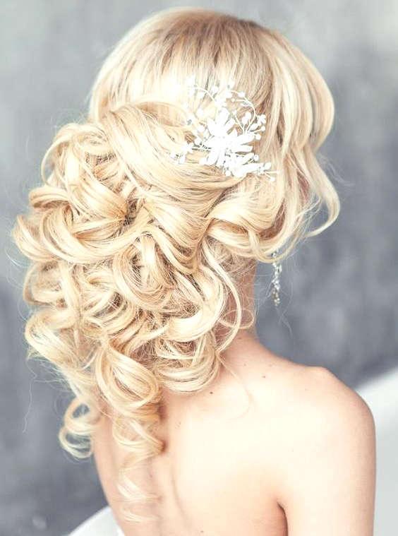 Cheveux blonds pâles pour une coiffure de mariage