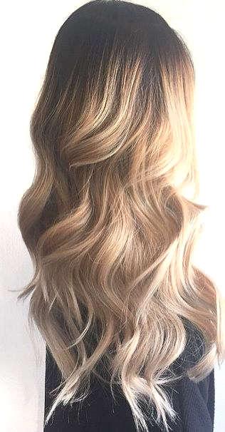 Coiffure pour cheveux très longs blonds et bouclés