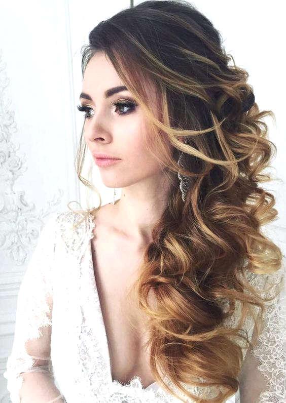 Coiffure pour cheveux longs et bouclés pour la mariée