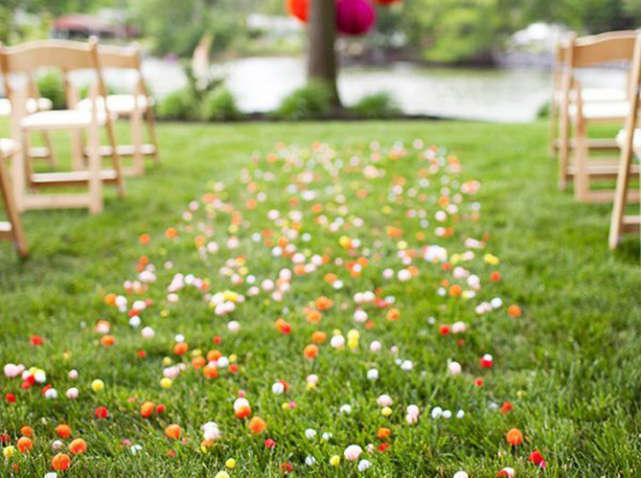 Allée de mariage avec des confettis et des pompons