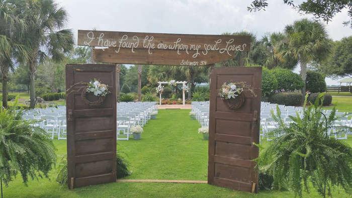 une porte d'entrée pour l'allée de mariage