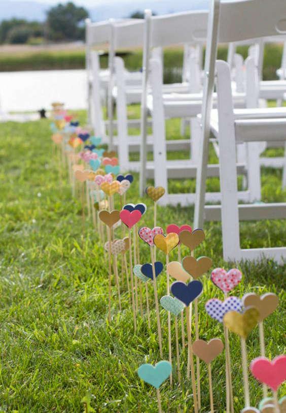DIY coeurs en bois sur des bâtons pour l'allée de mariage