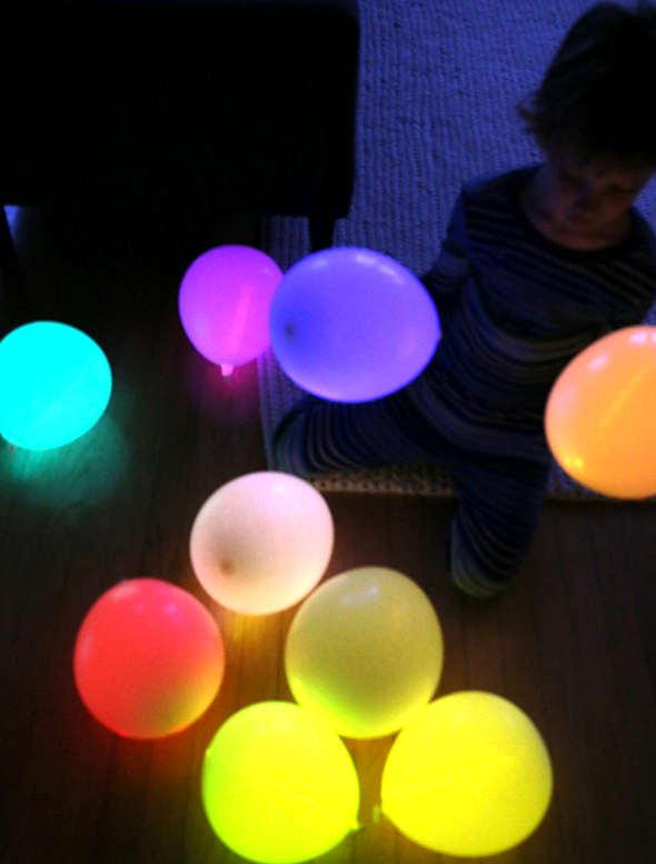 Bâton lumineux glowstick dans un ballon