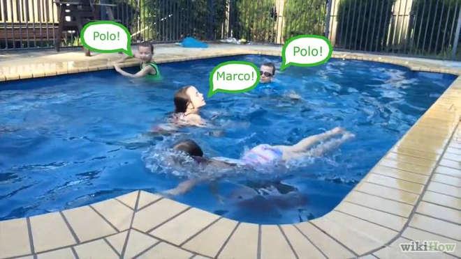 jouer à marco polo dans la piscine