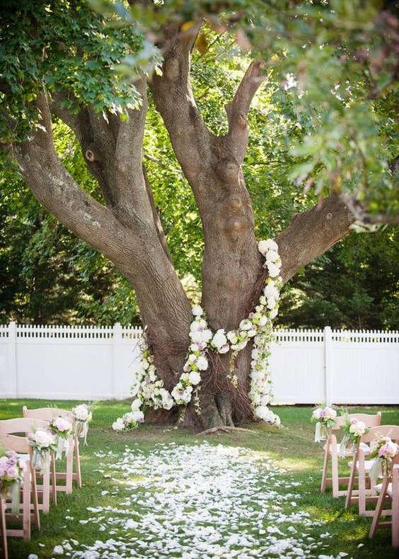 des pétales de rose pour l'allée de mariage