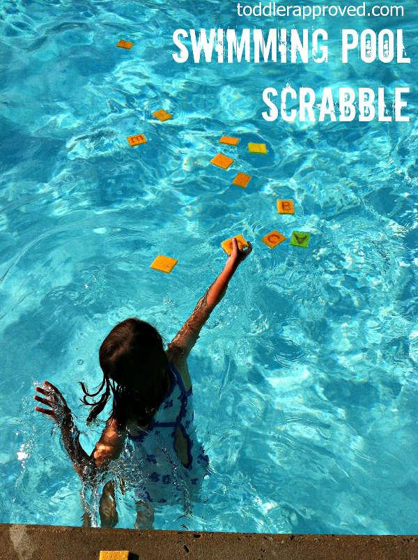 jouer au scrabble dans la piscine