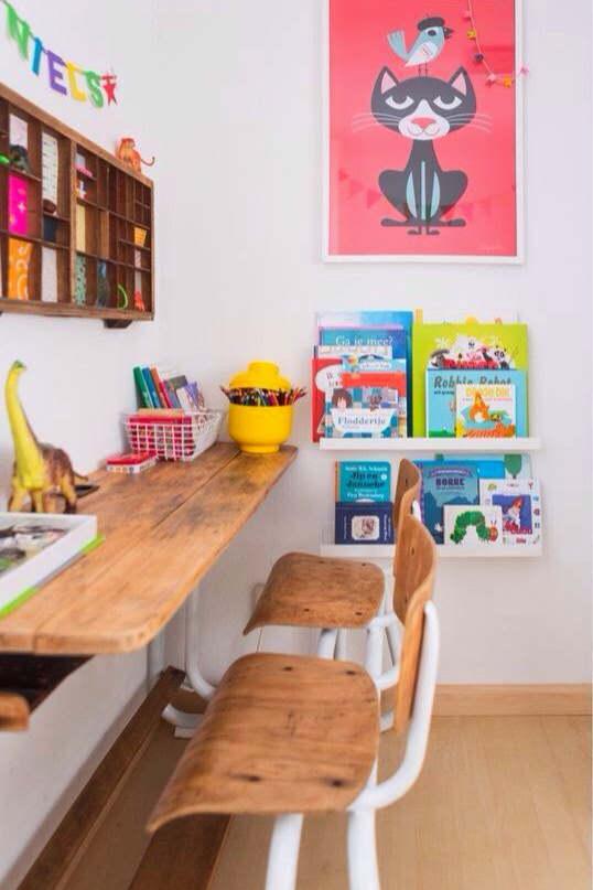 un bureau en bois pour le coin devoir d'un enfant