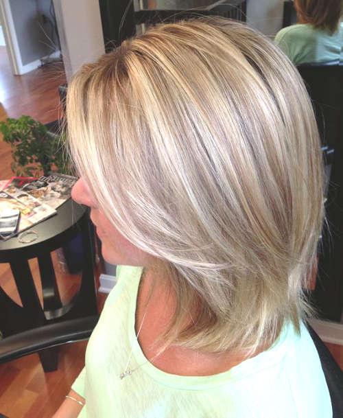 Coiffure blonde avec un balayage châtain et blond