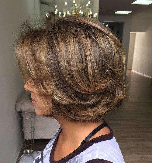 coiffure pour femme de 50 ans vue de côté