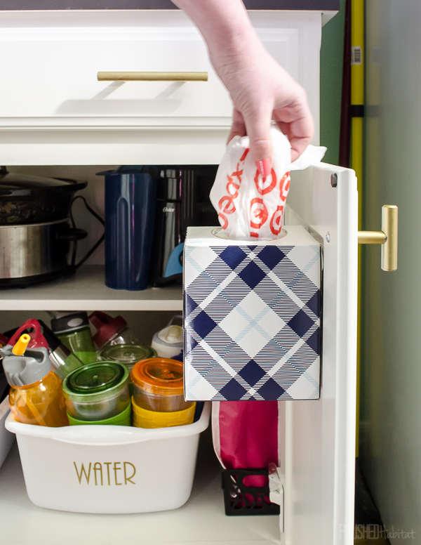 Distributeur de sac en plastique avec une boite carrée