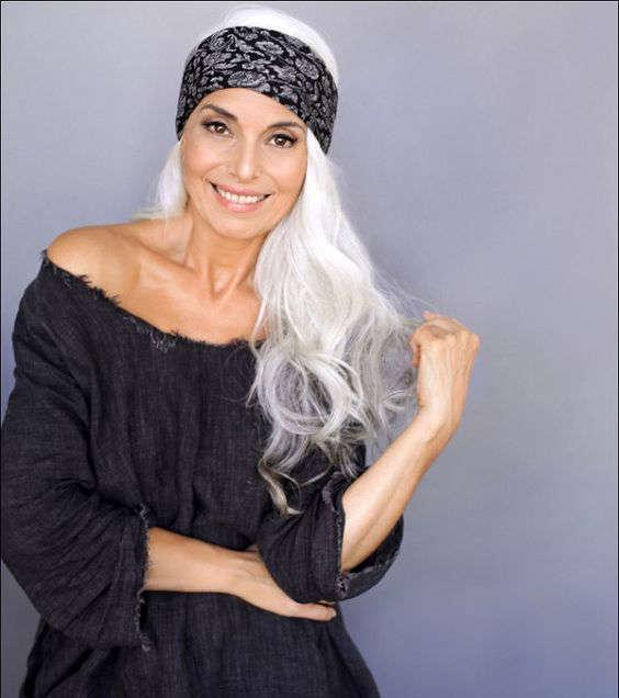 Bandeau dans les cheveux, femme de 50 ans