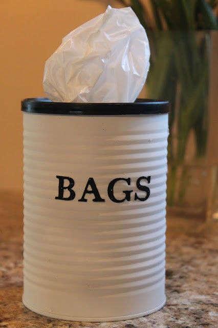 ranger les sacs de plastiques dans un pot de café recyclé