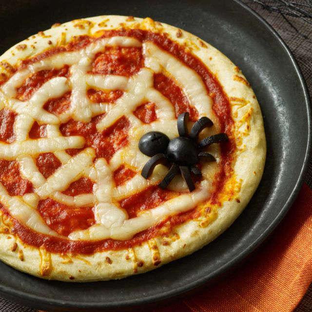 Recette de pizza en forme de toile d'araignée pour l'Halloween.