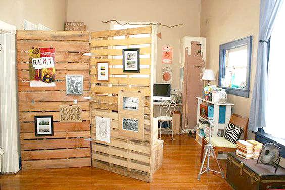 Fabriquer un paravent pour séparer une pièce avec des palettes de bois
