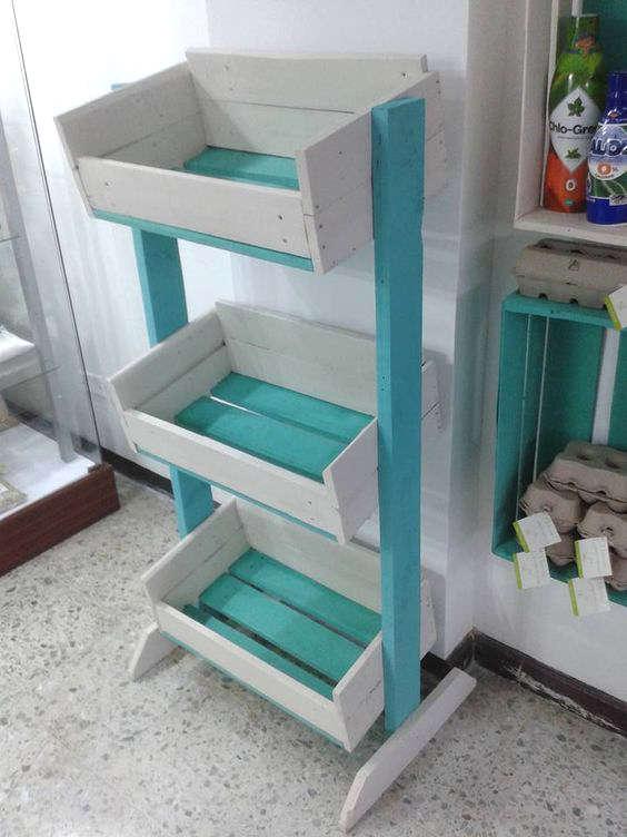 meuble de storage avec des palettes de bois pour les légumes