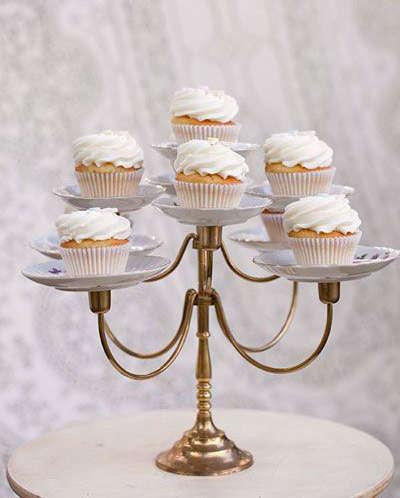 Un vieux chandelier comme présentoir à cupcake