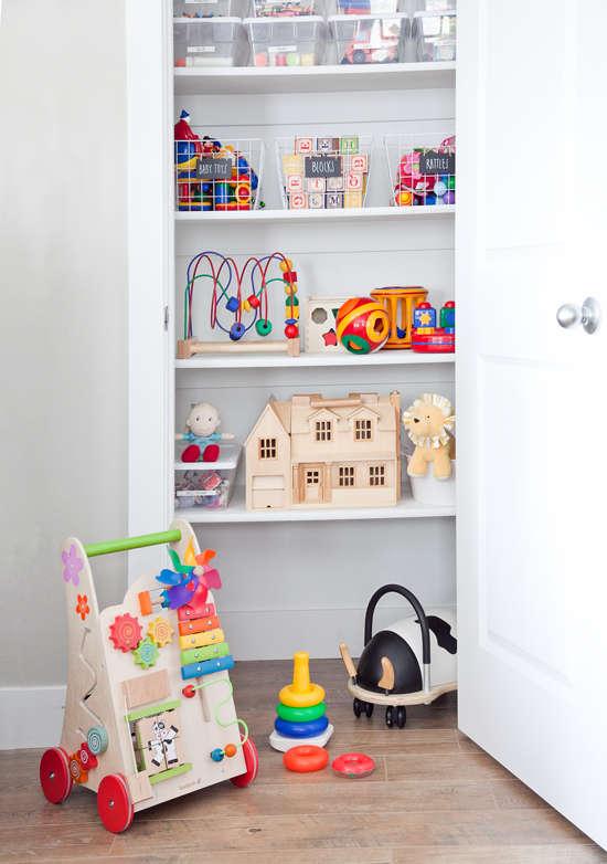 rangement et organisation des jouets et jeux dans un garde-robe