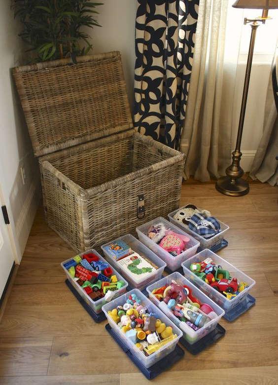 bac de rangement pour organiser les jouets dans le salon