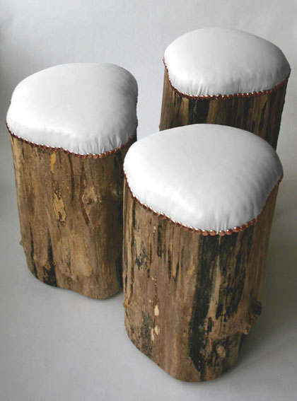 banc avec siège rembourré avec une grosse bûche de bois