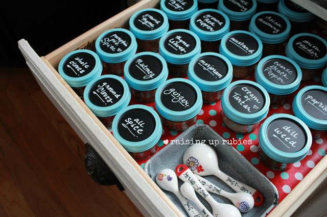 Organisation des épices dans un tiroir de la cuisine dans des petits pots