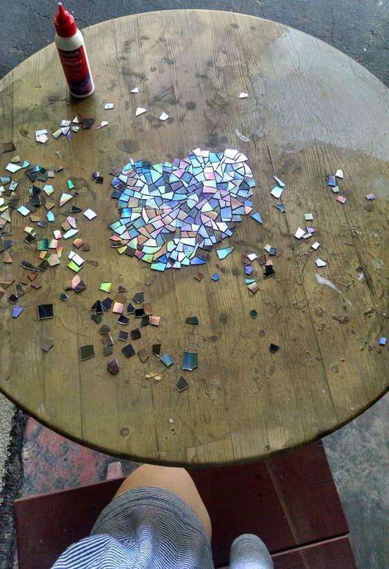 table mosaïque avec de vieux CD