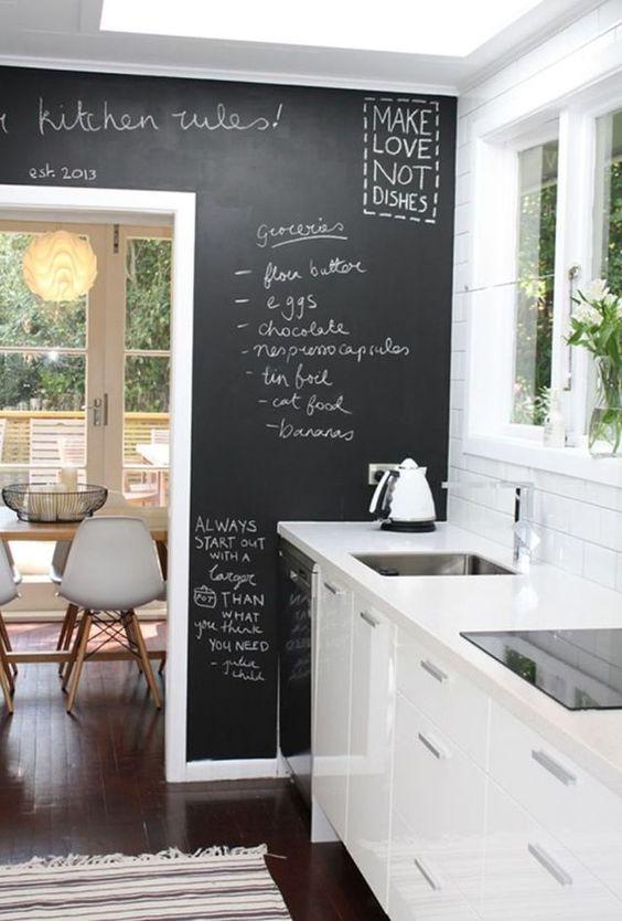 Faire un mur de la cuisine en peinture à tableau noir