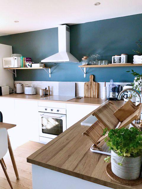 Un mur bleu pour décorer la cuisine