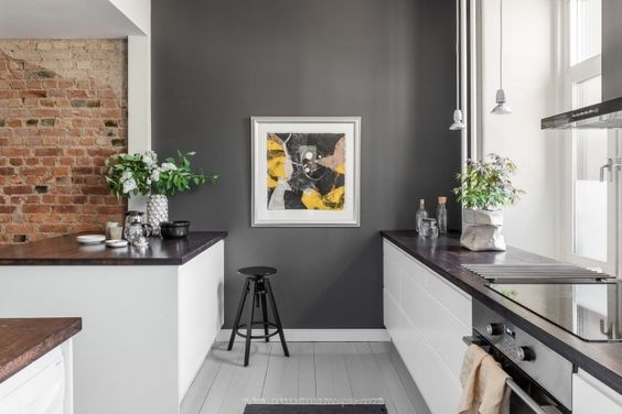 Un mur gris foncé dans la cuisine