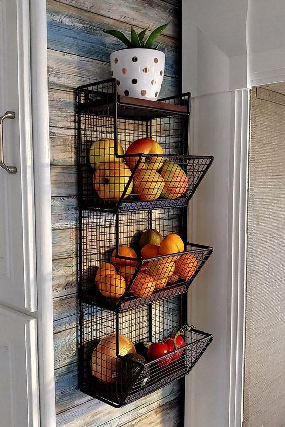 Rangement décoratif pour les légumes et fruits dans la cuisine